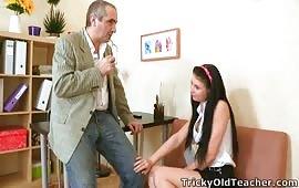 الأستاذ العنتيل بينيك بنات المدرسه كلهم