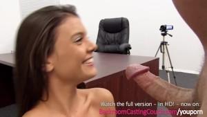 مراهقة في مقابلة عمل جنسية مثيرة