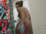 مراهقة جميلة بتلعب في طيزها وكسها وبزازها في الحمام