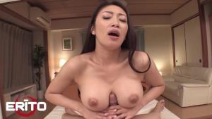 ميلف يابانية جميلة بتمص زبر كبير وتاخده بين بزازها